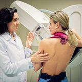 Frau bei der Mammografie