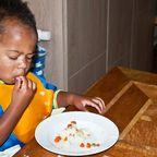 Kind erstickt fast beim Essen – Notruf rettet per Telefonanweisung sein Leben