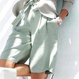 Bermudas sind eine Variante der kurzen Hosen, unterscheiden sich von klassischen Shorts aber durch ihre Länge. Sie eignen sich in Kombination mit einem Blazer auch fürs Büro - wie hier auch bei Madeleine zu sehen (ca. 120 Euro).Foto:Madeleine