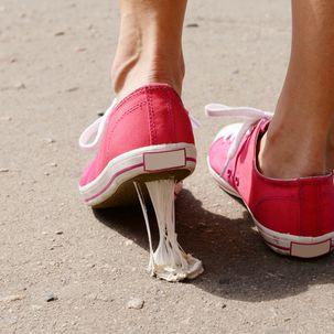 Kurz nicht hingesehen, schon klebt der Kaugummi an der Schuhsohle! Nicht ärgern, denn wir haben geniale Tipps, wie ihr die klebrige Masse ganz einfach wieder entfernen könnt.