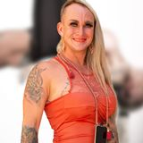 Caro Robens - Nackt in einer Schaukel! Hier stellt sie ihr Evakostüm zur Schau