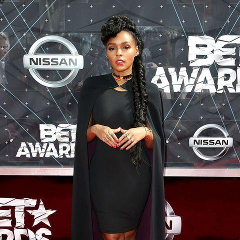 BET Awards - Janelle Monae in schwarzem Outfit mit Mantel