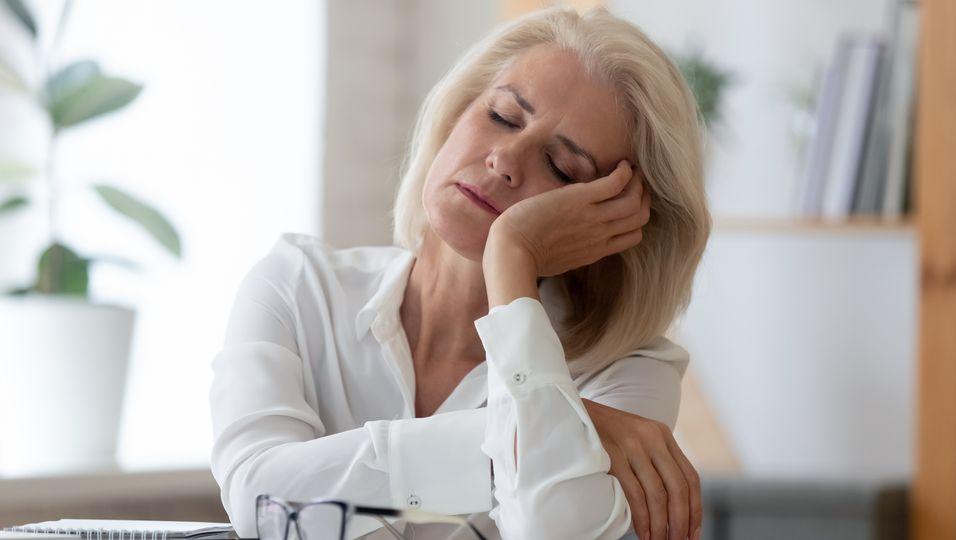 Frau geplagt von Tagesmüdigkeit