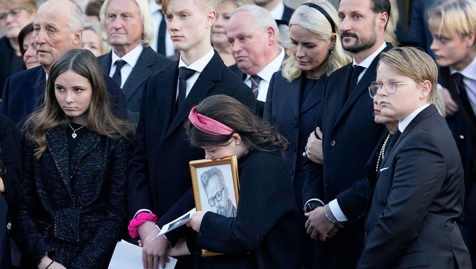 Von Trauer gezeichnet: Mit all ihren Kindern verabschieden sie Ari Behn (†47)