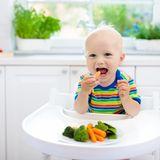Baby genießt Gemüse