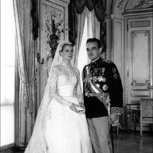 Ein unvergesslicher Moment mit einem unvergesslichen Brautkleid: Hollywoodstar Grace Kelly gibt 1956 Fürst Rainier II. das Ja-Wort.
