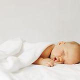 Warum röchelt mein Baby im Schlaf?