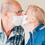 Nach 102 Tagen Trennung: Rentner-Ehepaar küsst sich durch Plastikvorhang