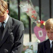 """Diana wird mit einem Staatsbegräbnis geehrt. Ihre Söhne laufen hinter ihrem Sarg her, Harry legt einen Brief an """"Mommy"""" obenauf."""