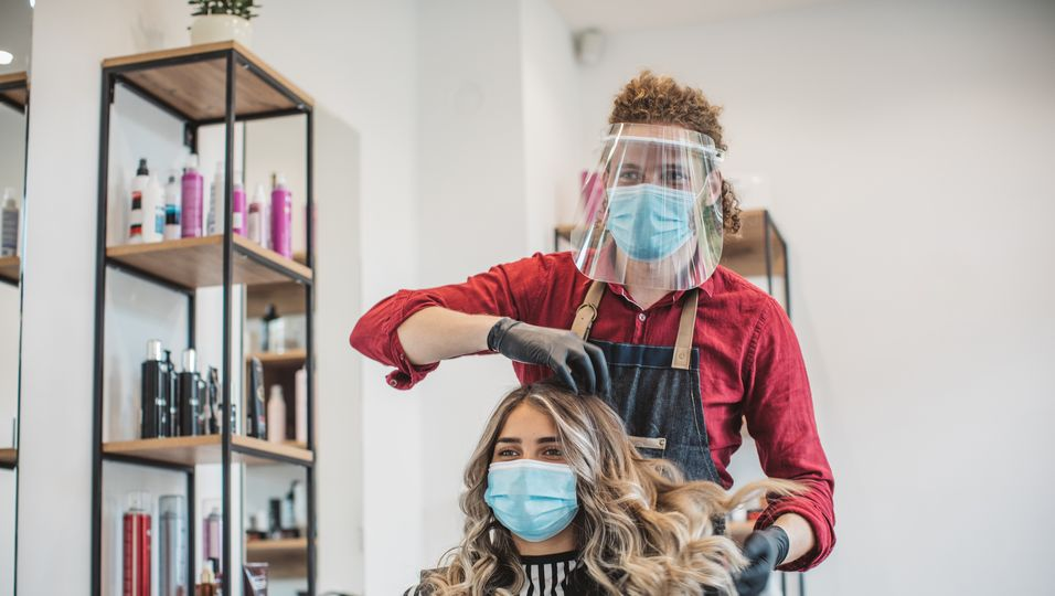 Der Bund will härtere Maßnahmen im Kampf gegen das Coronavirus. Was das für deinen Friseurbesuch bedeutet.