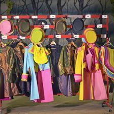 Die Kostüme hängen backstage bereit - oft muss das Umziehen schnell gehen.