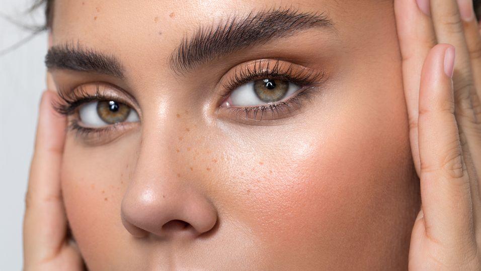 Frau mit perfekten Augenbrauen