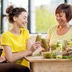 Ältere und jüngere Frau mit Diätdrink