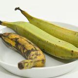 Sie sehen aus wie die normale Banane, schmecken aber anders: Kochbananen werden vor allem für herzhafte Gerichte verwendet.