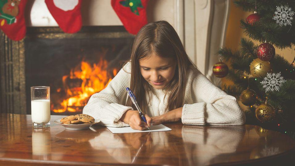Mädchen schreibt Wunschzettel