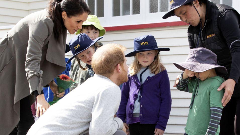 Ein kleiner Junge weint – ihre Reaktion ist Gold wert!
