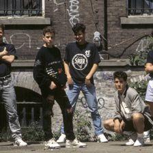 Mit New Kids on the Block fing 1984 das Boyband-Phänomen an. 10 Jahre später trennte sich die Band und brach Millionen Teenie-Herzen.