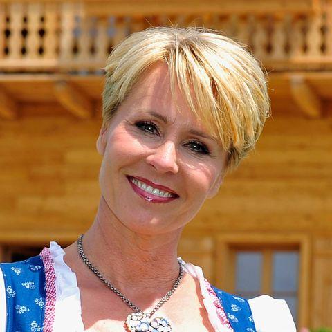 Sonja Zietlow vor Holzhaus