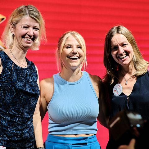 """Beatrice Egli mit Teilnehmerinnen beim """"100% Women-Event"""""""
