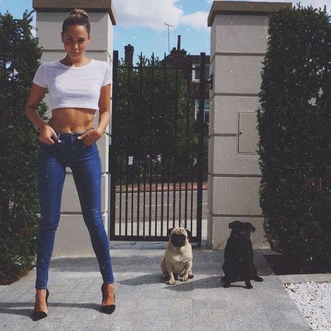 Mandy Capristo trägt zu einer knallengen Jeans teure Pumps von Gianvito Rossi.