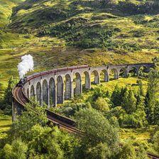 Das Glenfinnan Railway Viaduct kann mit einer alten Dampflock befahren werden. Fast wie im Hogwarts Express!