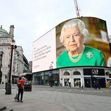 Queen Elizabeth grünes Kleid.jpg