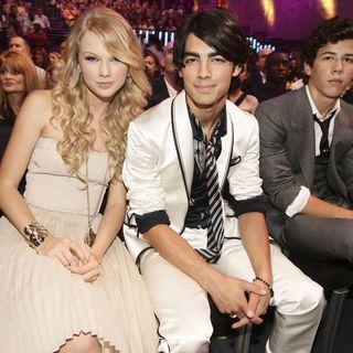 2008 verliebte sich Taylor Swift in Joe Jonas. Nach drei Monaten beendete der Musiker die Beziehung per Telefon.