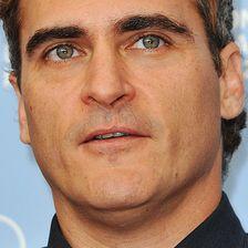 Schauspieler Joaquin Phoenix hat wegen einer Lippen-Kiefer-Gaumenspalte eine Narbe oberhalb der Lippe.