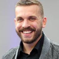 """Edin Hasanović: Deutsch-bosnischer """"Bösewicht"""" mit ganz viel Humor – in seinen Rollen ist er ein anderer Mensch"""