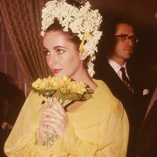 Für sie schon fast zu schlicht: Hollywood-Diva Liz Taylor haucht Richard Burton 1964 in einem gelben Kleid das Ja-Wort entgegen.