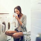 Frau vor Waschmaschine
