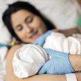 """Mutter bringt Baby zur Welt - es hat bereits das Gesicht einer """"alten Frau"""""""