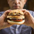 Mann isst einen Hamburger