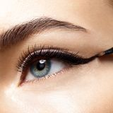 Auge mit Eyeliner und Pinsel