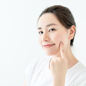 Frau mit schöner Gesichtshaut