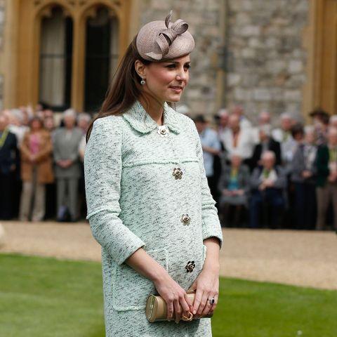 Bei einer Parade vor Schloss Windsor begeisterte die Herzogin in einem lindgrünen Mulberry-Kurzmantel aus leichtem Tweed.