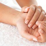 Hände mit gepflegten Nägeln