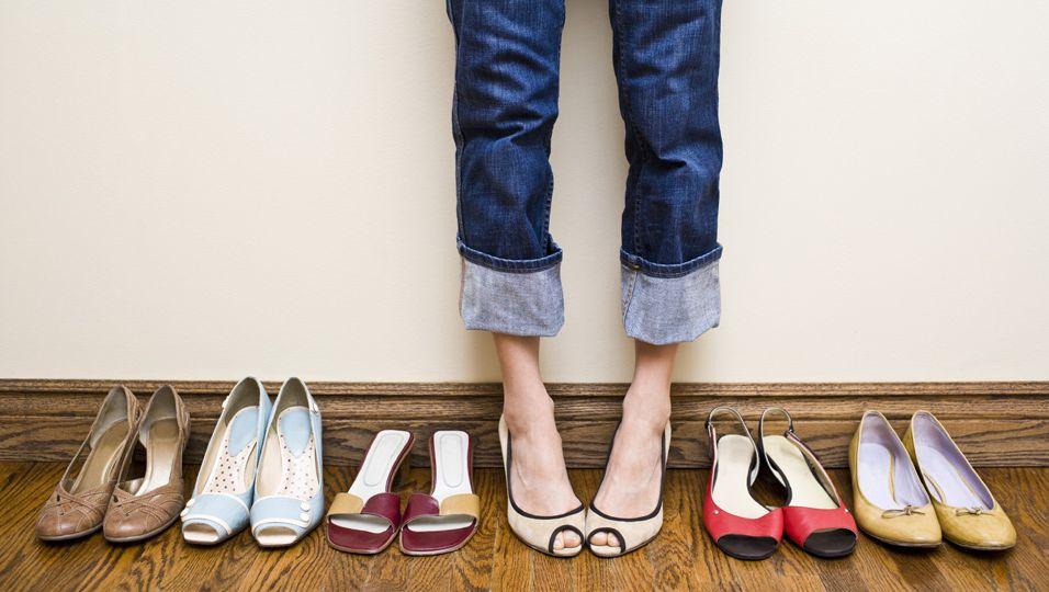 Wer seine Schuhe kreativ und optisch ansprechend verstauen will, kann auf einfache DIY-Ideen zurückgreifen.
