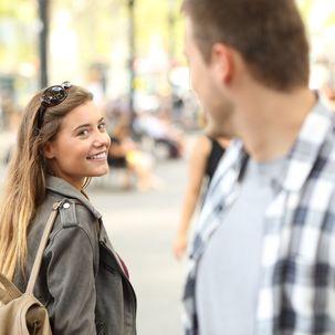 Frau beim Flirt