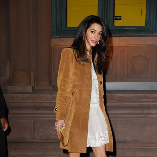 Amal Clooney mager Kleid dünn dürr Lachen