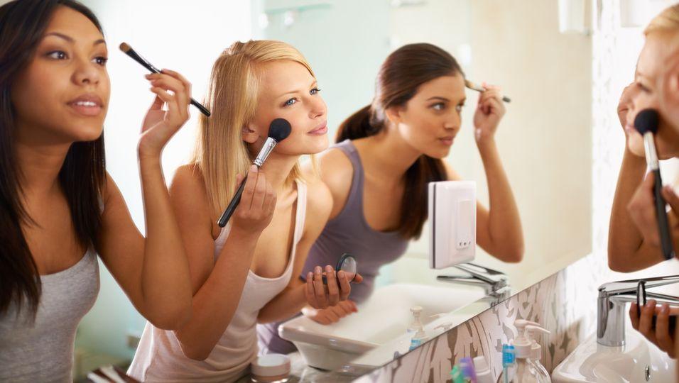 Schminktipps Frauen vor dem Spiegel
