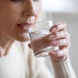 Frau-trinken-Wasser