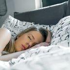 Mädchen schläft im Bett