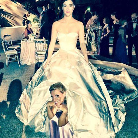 Platz für Alle! Eine Freundin der Braut versteckt sich unter dem Hochzeitskleid.