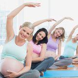 Schwangere Frauen unterschiedlichen Alters machen Yoga