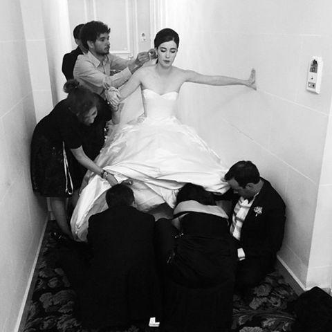 Sieben Personen, ein High-Heel: In ihrem Prinzessinnen-Kleid war Nell beim Schuhe anziehen auf Hilfe angewiesen.