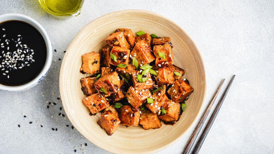 Knuspriger Tofu mit einer Soße in einer Schüssel angerichtet