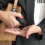 Im Leder-Etui für die Handtasche: Hand-Desinfektionsgel war nie so modisch