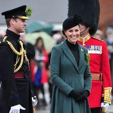 """Ihren Emilia-Wickstead-Mantel trug sie schon 2012 bei den """"Irish Guards"""". Ein Jahr später ließ sie die Knöpfe versetzen."""