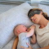 Weinendes Baby mit schlafender Mutter